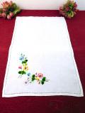 <英国ハンドメイド>可憐な英国の野の花♪明るいお花たちの手刺しゅうの長方形のドイリー
