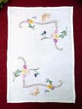 <英国ハンドメイド>蝶々とお花たち♪英国のお花たちの手刺しゅうの長方形のドイリー
