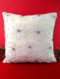<英国ビンテージ>白いお花たちのアップリケの刺しゅうが愛らしい英国の大きめクッション