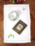 <英国ハンドメイド>美しい英国アンティークリネン♪野の花たちの手刺しゅうのセンタードイリー