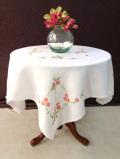 <英国ハンドメイド>一辺100cm♪明るいデイジーのお花のコットンクロス♪手刺しゅうの白い花たちが優雅な大きなテーブルクロス