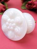 とても貴重なお花が咲いたミルクガラスの美しい「ドアノブ」