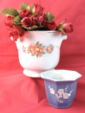 <英国ビンテージ>明るいお花と立体的なお花♪持ち手付き鉢カバーと小ぶりな鉢の2個セット