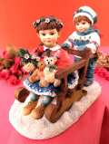 <クリサリスコレクション>「Christine Haworth:TEDDIES SLEIGHRIDE」雪原でテディベアと一緒にソリ遊びをする女の子と男の子の大きなフィギュア