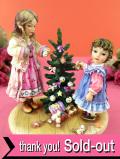 <クリサリスコレクション限定品>「Christine Haworth:TRIMMING THE TREE」クリスマスツリーの飾りつけを楽しむ二人の少女のフィギュア