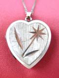 <英国スターリングシルバー>お花の銀細工が素晴らしいロマンチックなハート形の「ロケット」ネックレス