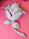<英国コスチュームジェリー>1960年代:銀色に強く輝くクリスタル♪とても大きな華やかな光の薔薇のお花のブローチ