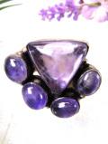 <英国スターリングシルバー>輝く紫色の大粒のアメジスト♪銀細工が素晴らしいアートフルな指輪「16号」