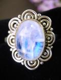 <英国スターリングシルバー>優雅な銀細工と大粒のムーンストーン♪青い輝きが美しい英国の指輪「16号」