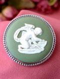 <英国スターリングシルバー>「ウェッジウッド」愛らしい天使が描かれた貴重なグリーンジャスパーの銀細工がきれいなブローチ「ウェッジウッドの専用BOX付」
