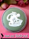 <英国スターリングシルバー>「ウェッジウッド」愛らしい天使が描かれた貴重なグリーンジャスパーの銀細工がきれいなブローチ「ウェッジウッドの専用BOX付」:通常価格11880円→