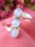 <英国スターリングシルバー>銀細工の台座とムーンストーン♪青い輝きが美しい英国の指輪「14号」