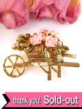 <英国ビンテージ>金色の花ぐるま♪ピンクのバラのブローチ