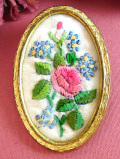 1960年代:バラと忘れな草の刺しゅう♪お花たちが咲いた英国のプチポワンの大きめブローチ