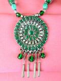 1960年代:ヨーロピアンガラスとラインストーン♪エナメルのまあるいモチーフがフォークロアな揺れるネックレス