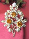 <英国コスチュームジェリー>オレンジ色の濃淡がキラキラ輝くクリスタル♪フェイクパールも美しい光のお花のブローチ