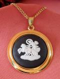 <ウェッジウッド>天空を駆ける馬車の女神様♪金色に輝くゴールドプレートの大きなブラックジャスパーのネックレス