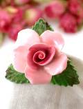 <英国ミッドセンチュリー>ボーンチャイナの可憐なピンクのバラ♪貴重な陶器細工のブローチ「お箱入り」
