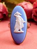 <英国スターリングシルバー>「ウェッジウッド:1950年代」優雅な女神が描かれた珍しいデザインのブルージャスパーのリング「13号」