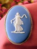 <ウェッジウッド:英国スターリングシルバー>お花を持って踊る女神様♪優雅なブルージャスパーの大きなブローチ
