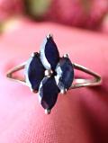 <英国スターリングシルバー>深い青の強い輝きのサファイヤ♪アートフルな銀細工がきれいなリング「15号」