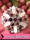 <英国コスチュームジェリー>輝く赤いクリスタル♪白い花びらの大輪のお花の金色のブローチ