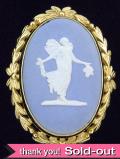<ウェッジウッド>1950年代:ジャスパーのお花を持つ女神のロールドゴールドのとても大きなブローチ
