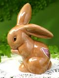 <英国ビンテージ>もぐもぐ中♪ぽったりとした陶器の茶色いウサギ君のフィギュア