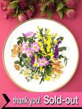 <Spink>「WILDFLOWERS:PLATE No.2・LANE & HEDGEROW」♪たっぷりとした金彩と華やかなワイルドフラワーのお花の大きな絵皿「壁掛けハンガー付」