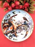 <Four Seasons of Robins>「ROBINS IN WINTER」幸せを呼ぶ小鳥ロビンさんの金彩もきれいな冬のガーデンの絵皿