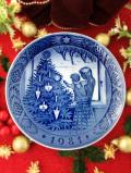 <デンマーク:ROYAL COPENHAGEN>「ADMIRING THE CHRISTMAS TREE」上品なブルー&ホワイトのクリスマス・プレート「1981年」