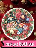 <英国流クリスマス:ROYAL DOULTON>「HOME FOR CHRISTMAS」二人のおめかしの女の子とピエロの楽しいクリスマス・プレート「プレートハンガー付」