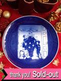 <デンマーク:ROYAL COPENHAGEN・ロイヤルコペンハーゲン>「TRIMMING THE TREE」上品なブルー&ホワイトのクリスマス・プレート「2000年」