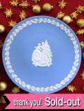 <英国流クリスマス:WEDGWOOD>1999年♪素晴らしいブルージャスパーの楽しい家族の大きなクリスマス・プレート「プレートハンガー付」