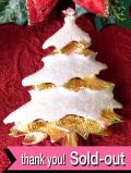 <英国流クリスマス>キラキラ輝く雪をかぶった金色のモミの木のブローチ