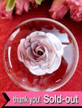 <英国ビンテージ>紫色のバラのお花♪気泡が入った透明ガラスのペーパーウェイト