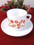 <フランス製>「 arcopal 」♪明るいお花たちの白いミルクガラスのカップ&ソーサー
