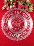 <英国コロネーション>ジョージ6世の戴冠式を記念したアンティークガラスの大きな飾り皿「スタンド付」