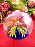 <英国ハンドメイド>オレンジと黄色のお花♪透明と青が美しいアンティークガラスのペーパーウェイト