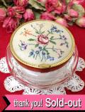 <英国ミッドセンチュリー>華やかなお花たち♪愛らしいプチポワン(刺繍)のガラスBOX