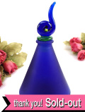 ★★<英国ミッドセンチュリー>アートフルなキャップが優雅♪まるで現代美術品のような美しい青ガラスのパフュームボトル:通常価格4480円→