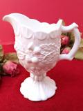 <英国ミッドセンチュリー>白地に白の立体的なアザミのお花♪ぽったりとぶ厚い白いミルクガラスのミルクジャグ