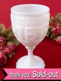 <英国ミッドセンチュリー>たくさんの突起のデザインが優雅なミルクガラスのワイングラス