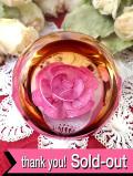 <スコットランドハンドメイド>アートフルなバラのお花♪お花をまるごと閉じ込めたガラスのペーパーウェイト
