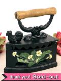 1930年代:お花模様が愛らしい♪いいお味になった英国アンティークのアイロン