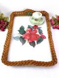 <英国ビンテージ>ボタニカルアートの赤いお花♪籐の編み込みが美しい大きな木製のトレイ