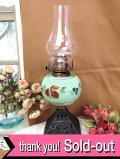 1920年代:ペパーミントグリーンのミルクガラス♪お花たちが優雅なアイアンの台座のオイルランプ