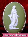 <英国スターリングシルバー:ウェッジウッド>1950年代:大きなグリーンジャスパーの銀細工が美しいブローチ
