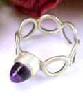 <英国スターリングシルバー>輝く紫色のアメジストと銀細工が美しいアートフルなリング「12号」