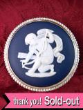 <ウェッジウッド:スターリングシルバー>愛らしい天使が描かれた貴重なポートランドブルージャスパーの大きなブローチ